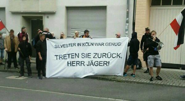 """""""Volksverräter""""-Rufe: Demonstranten empfangen Innenminister Ralf Jäger in Dortmund"""