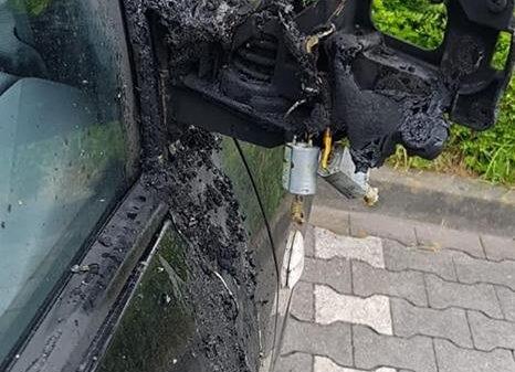 """Aus """"knicken"""" wird zündeln – Auto wegen Deutschland-Fahne angezündet"""