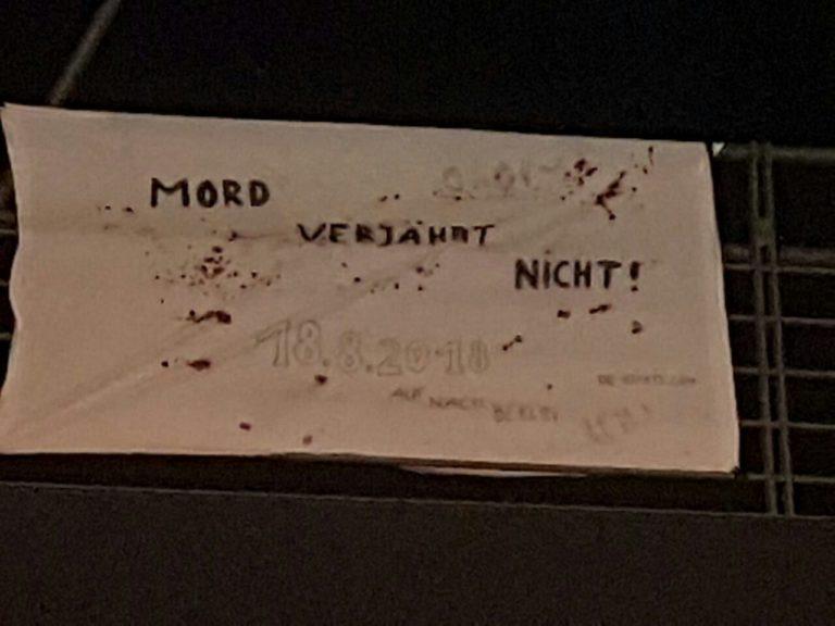 Transparent- und Klebeaktion in Oberhausen: Mord verjährt nicht!