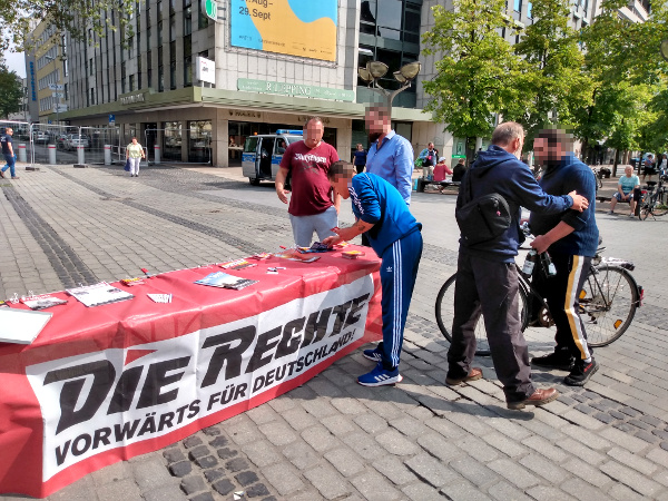 DIE RECHTE führte störungsfreien Infostand in der Duisburger Fußgängerzone durch