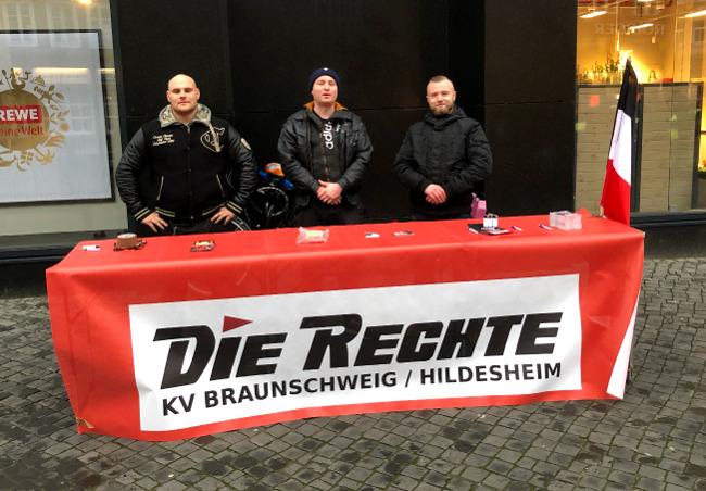 Turbulenter Infotisch von DIE RECHTE in Braunschweig