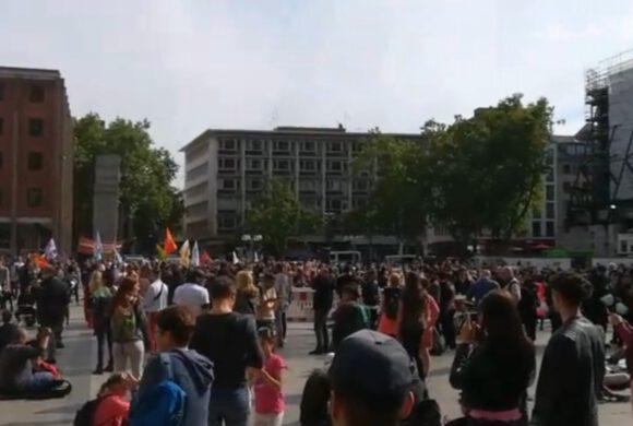 Aktivisten von Die Rechte unterstützen die Proteste gegen die Corona-Beschränkungen
