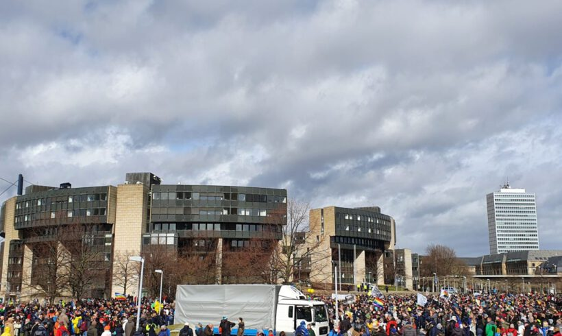 Düsseldorf: DIE RECHTE unterstützt den Protest gegen den Lockdown.